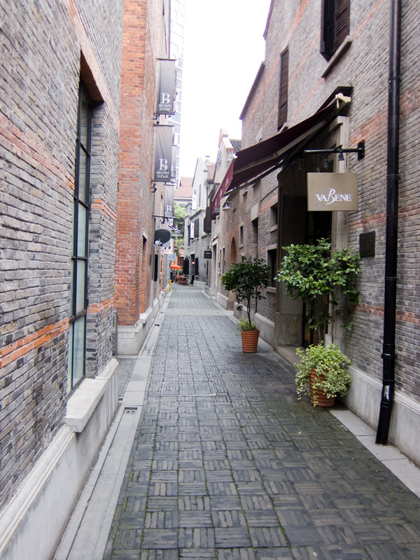 China-Shanghai-Xintandi-Museum - A narrow alleyway with a tapas bar on the left and expensive gourmet hamburgers on the right.