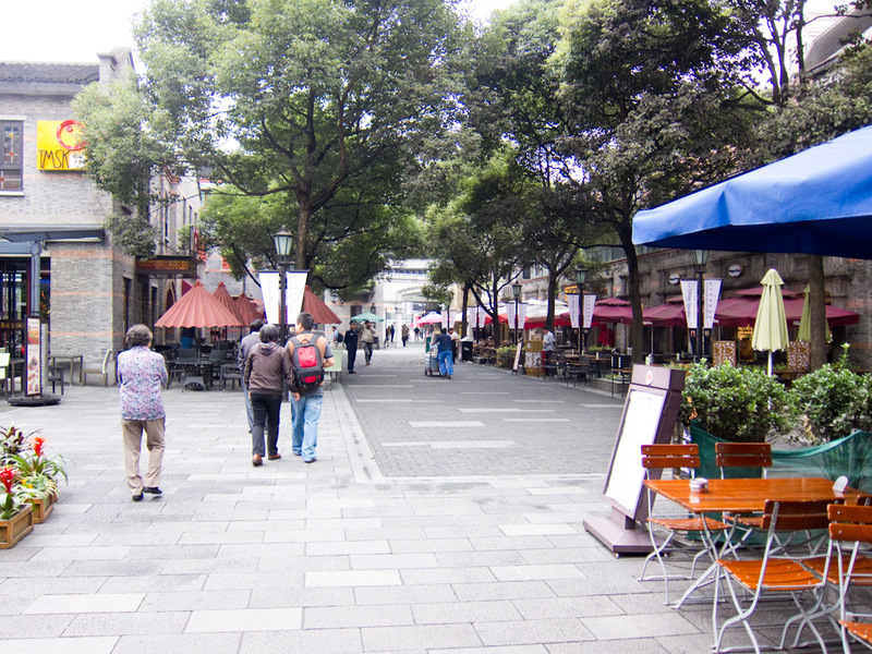 China-Shanghai-Xintandi-Museum - The cafe strip.