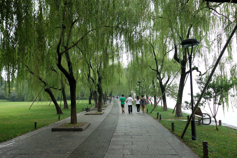 China-Hangzhou-West Lake-Fog - This is the path. Theres trees all the way around and generally a couple of hundred metres of park. On the far side of the lake there are mountains, w