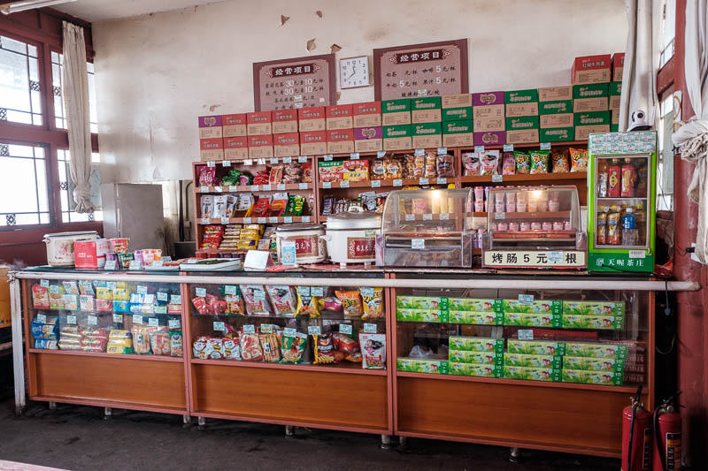 China-Beijing-Fragrant Hills-Hiking - I keep mentioning snack bars inside temples. here is the inside of the summit temple. I think this is great, Japan should do this! Instead they mount
