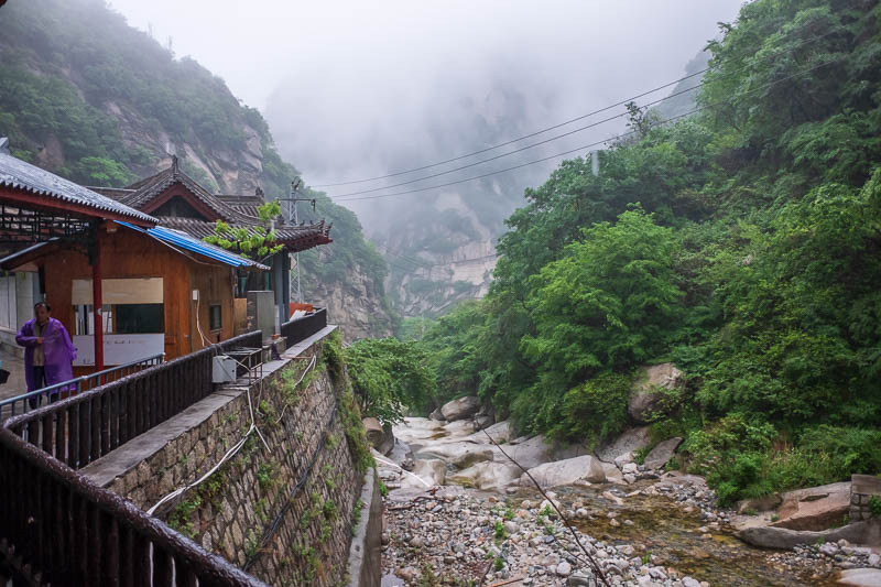 China-Hiking-Rain-Huashan-Soldiers Path - And finally, I am back at the bus station, soaking wet. My camera was starting to play up, fogging over, not turning on.... It seems ok now but is sti