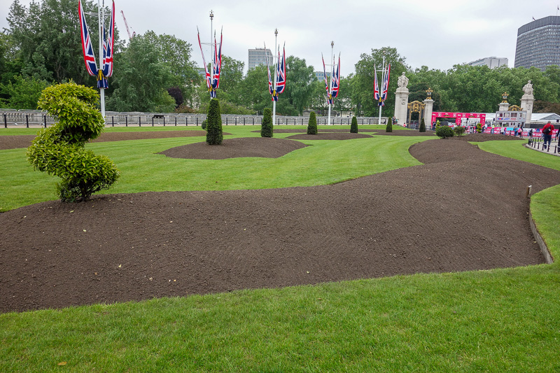 England-London-Buckingham Palace - Whilst waiting I was able to enjoy the beautifully manicured piles of dirt.