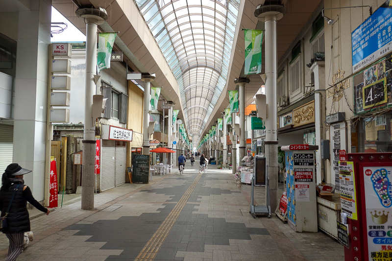 Japan-Nagano-Hiking-Zenkoji - At lunch time, I thought the covered shopping street might have people, but no. A few are using it as a way to avoid the sun, but it is still ridiculo