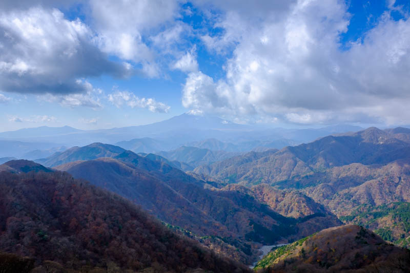 Japan-Hiking-Mount Tanzawa-Shibusawa - Almost out of the cloud. Look at that valley!