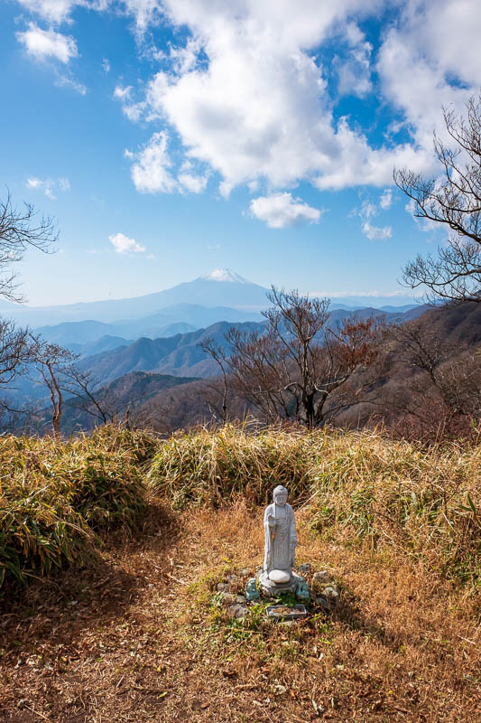 Japan-Hiking-Mount Tanzawa-Shibusawa - Lets have a vertical one as well with a tiny statue.