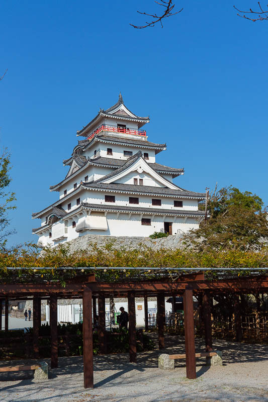 Japan-Karatsu-Castle-Hiking - Here is the steel and concrete castle. A white one not a red one or a gold one. I think theres a silver one too, but most are white.