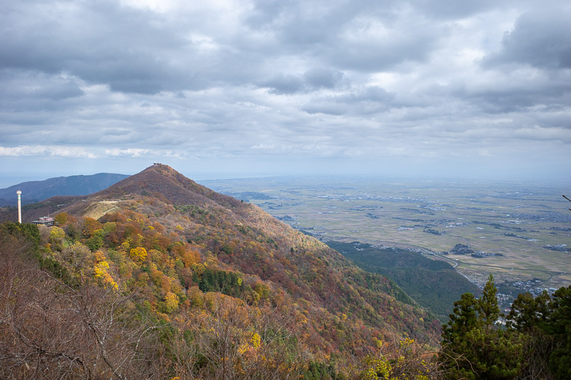 Japan-Niigata-Hiking-Mount Yahiko - Now I will walk all the way along all the ridges of the entire range. Whats that strange pole on the left?