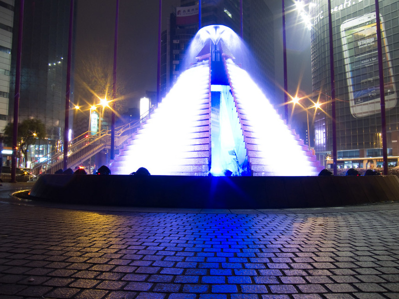 Taiwan-Taipei-Architecture-Taipei 101 - A glowing waterfall shaped like a pyramid? Well of course I will take a long exposure.