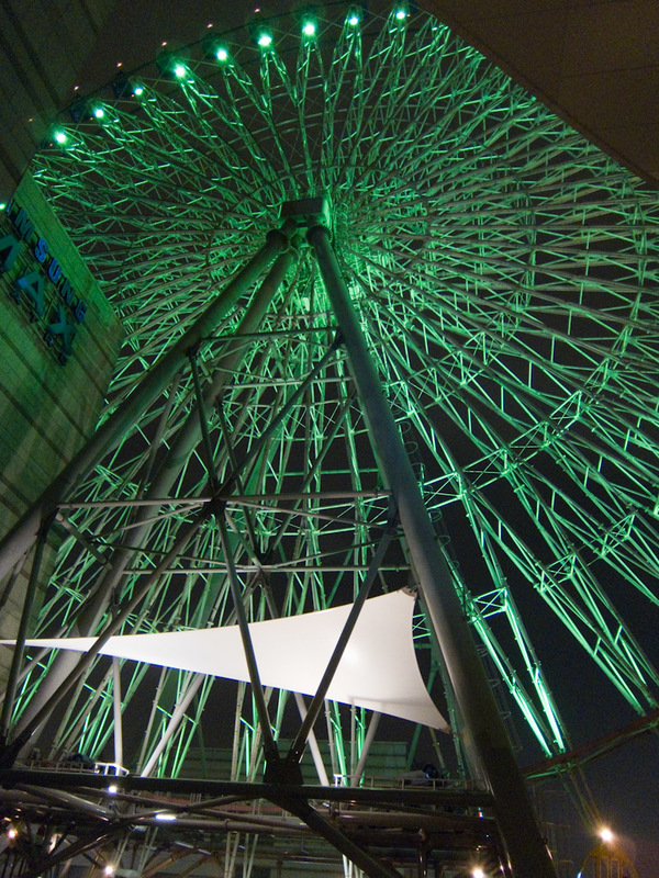 Taiwan-Taipei-Mall-Ferris Wheel - This one is bigger than the one I was on in Osaka last week, but on a lower building.