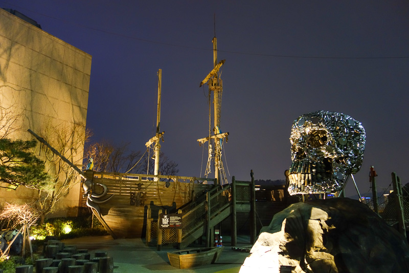 Korea-Busan-Mall-Centrum City - Without a doubt, the worlds largest pirate ship and crystal skull rooftop playground.