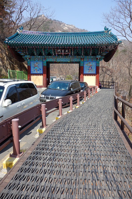 Korea-Seoul-Hiking-Bukhansan-Baegundae - And you may think I have taken this photo because of the temple gate. No. I was more interested in the recycled tyres. Theres miles and miles of doorm