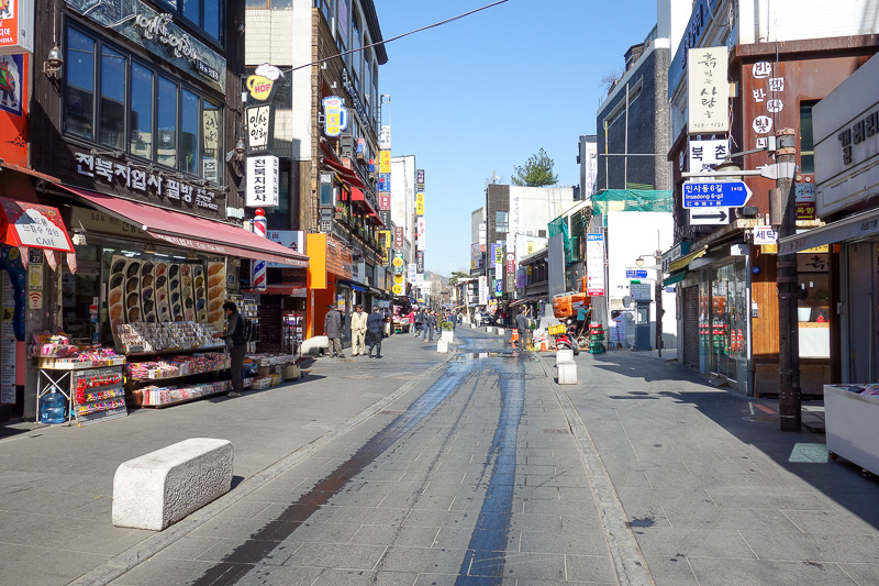 Korea-Seoul-Gangnam-Insadong-Mall - This is Insa-dong, its early, most of the action is down the alleyways. I think I disparaged it above, but its the nicest place in town to shop for st