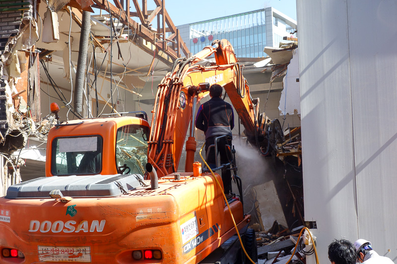 Korea-Seoul-Gangnam-Insadong-Mall - I kept my camera poised on this scene for 10 minutes. I was certain this would end badly. Look closely, the guy standing on the backhoe which is eatin