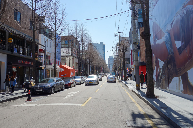 Korea-Seoul-Gangnam-Insadong-Mall - Now we have crossed over to Gangnam Sinsa-dong. This is Little France street. Also called treelined street. Famous for being green and beautiful. Look