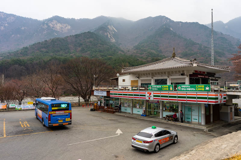 Korea-Hiking-Gyeryongsan - My bus, a 7-eleven, and a bit of fog.... nothing too bad.... Bloody cold though, better get moving.