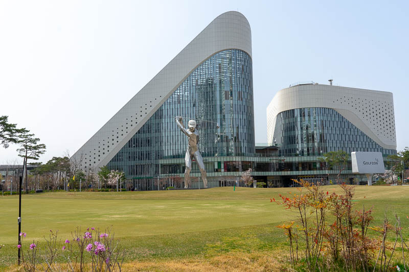 Korea-Daejeon-Expo - And here is golf world. That is a 5 storey (story) high metal golfer statue. You really can go into that place to get corrective surgery to improve yo