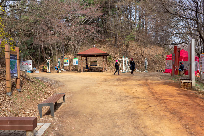 Korea-Daejeon-Hiking-Gyejoksan - And this is where I joined the looping clay track. There were lots of little stalls set up around the front side of the course, but none on the back s