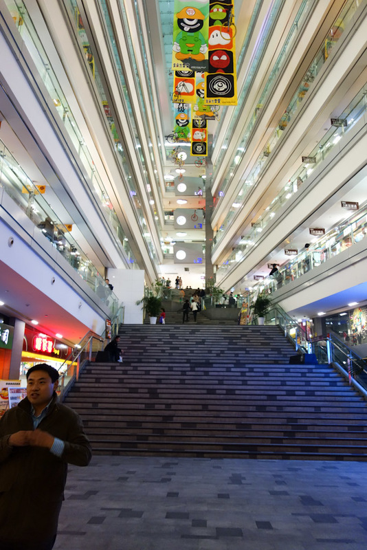 China-Chengdu-Mall-Barbecue - Tonight mall is an indoor / outdoor variety with a perspective trick. The floors slope down, the steps slope up (as they are steps) and it gets a lot