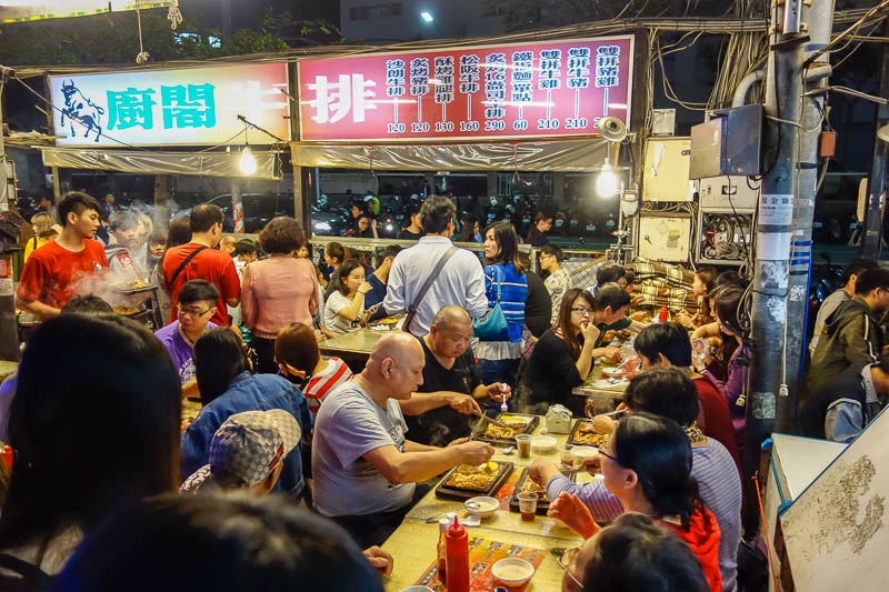 Taiwan-Kaohsiung-Night Market-Ruifeng-Food-Beef - More people eating. I thought that bald guy was a white guy, but on closer inspection its a bald albino Chinese man.