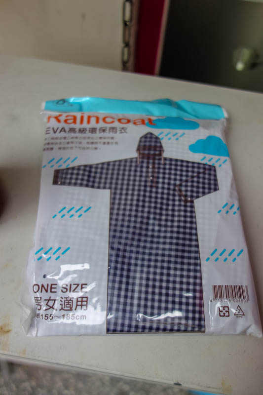 Taiwan-Shiding-Hiking-Huangdidian - Since it looked like rain, I headed to a conveniene store and asked for a rain clothing in Chinese, which worked. I have selected this fetching number