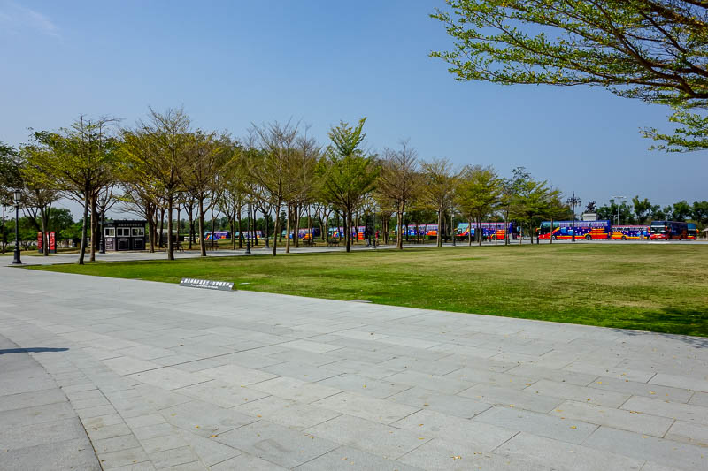 Taiwan-Tainan-Baoan-Chimei Museum - Then at least 50 tour buses arrived. If you book online you have to select a timeslot. Since I have a foreign passport, no need. It did become busy in