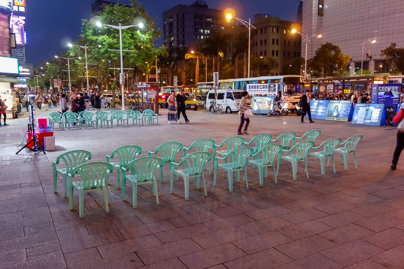 Taiwan-Taipei-Ximending-Food-Vegetarian - This is the local falun gong theatre. Not a lot of customers this evening. Not even one.