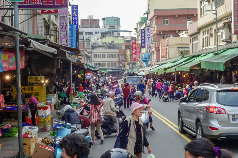 Taiwan-Taipei-Hiking-Wuliaojian - There is a very busy local market, but I cant find the bus stop,