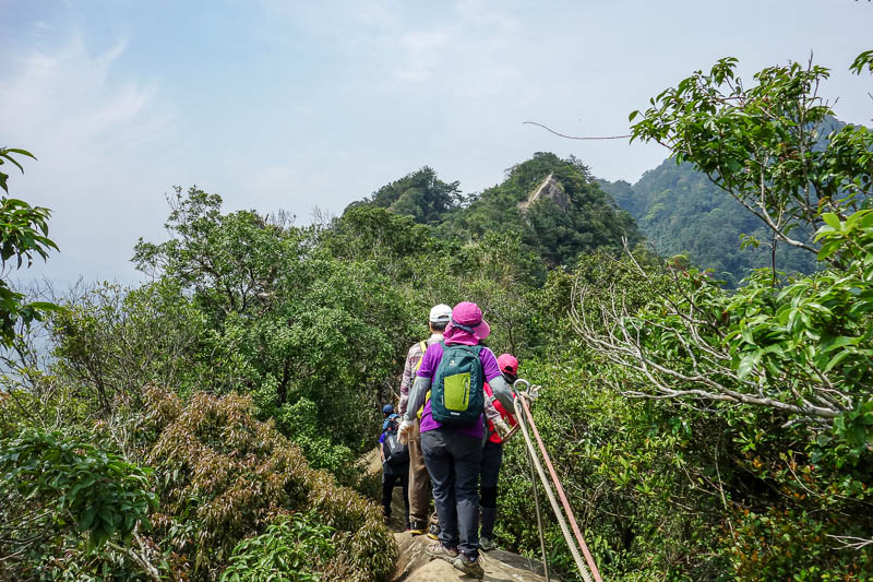 Taiwan-Taipei-Hiking-Wuliaojian - The formerly dangerous ridge walk is about to start. Its not dangerous anymore because a rope has been installed the whole way. I was kind of grateful
