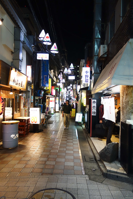 Japan-Tokyo-Nakano-Shinjuku-Omurice - Away from the broadway is the regular narrow laneways with interesting restaurants. Many of them are quite un inviting, you cant see in them. I find t