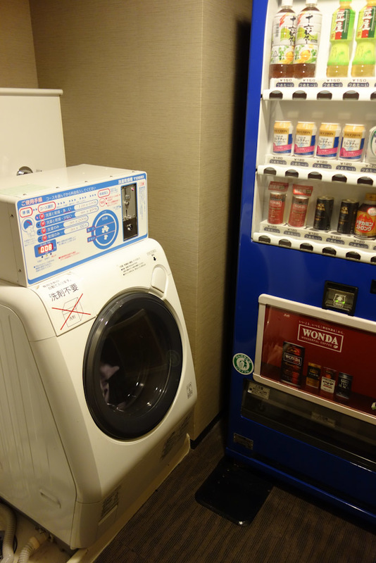 Japan-Tokyo-Shibuya-Rain-Ramen - Earlier in the afternoon I had to do my washing. It was cheap, fully automatic (even adds the powder and softener), and secure. The machine locks unti